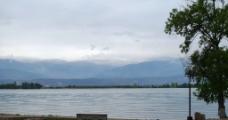 邛海与雪山图片