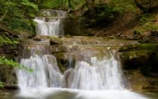 林间瀑布图片