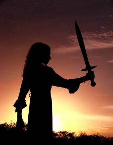 手握剑的女孩图片