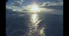 阳光下的湖泊