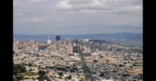 蓝天白云下的城市