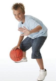 孩子玩篮球图片