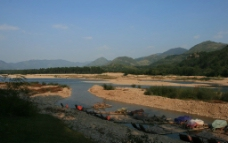江边竹筏图片