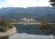 大山中的村落图片