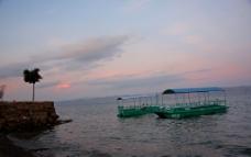 港湾漂泊的船图片